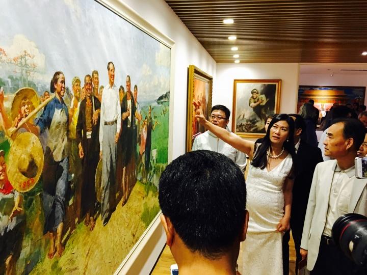 龙美术馆(重庆馆)开馆现场,王薇亲自给到场观众讲解作品。