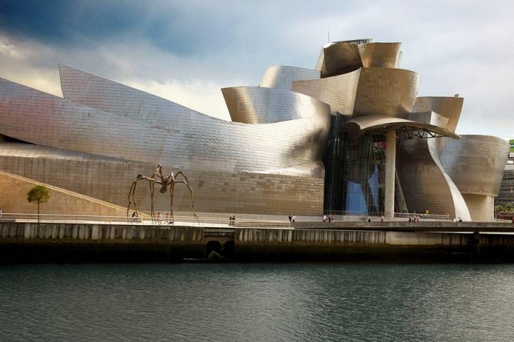 由美国著名建筑师弗兰克·盖里设计,耗资1亿美元,占地2.4万平方米,陈列空间1.1万平方米。