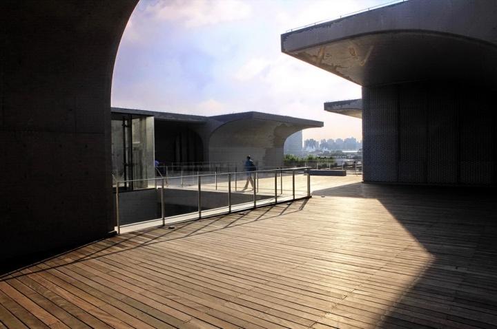 其通体采用清水混凝土墙面,将室外与室内整合成为展厅的一部分,其建筑本身就是一座连接古今的艺术地标。