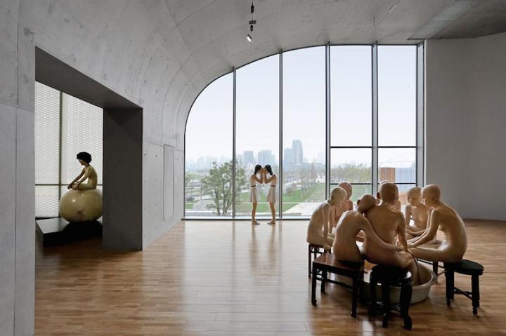 龙美术馆西岸馆开馆展现场,向京雕塑作品