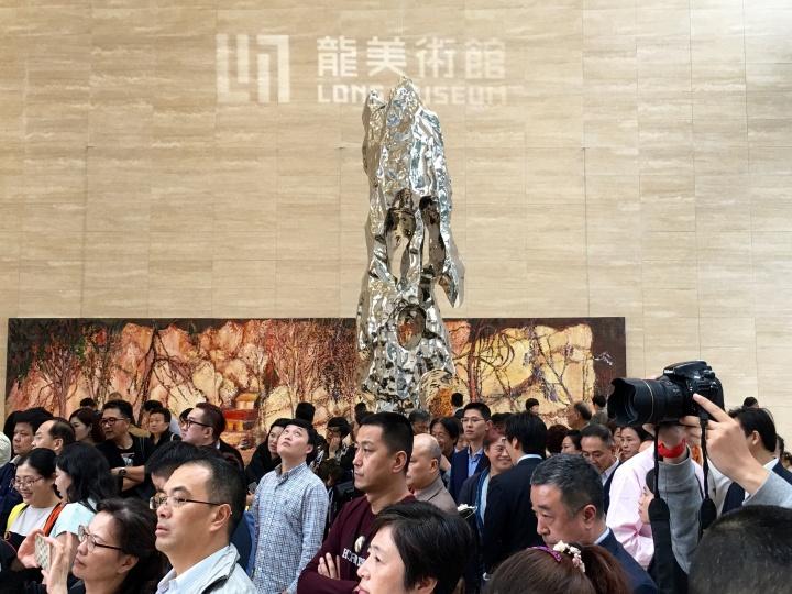 龙美术馆重庆馆开馆现场,金融中心大厅最醒目的是尹朝阳巨幅新作和展望的雕塑作品。