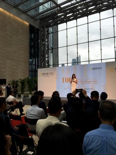 开幕现场的王薇,这是王薇执掌的第三个美术馆,她对自己运营美术馆和策划展览的能力已经非常自信。