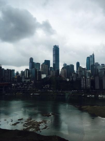 """从龙美术馆重庆馆所在的国华金融中心望出去,江对岸是繁华的重庆解放碑,高楼林立是另一座新的""""山城""""。"""