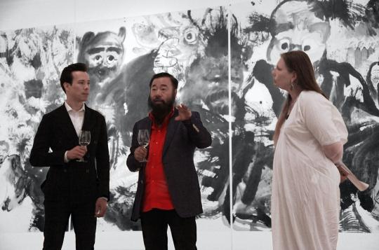 (左起)墨斋总监雷澄泉,艺术家李津,策展人、墨斋艺术总监林似竹博士