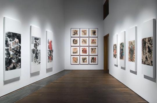 一进门的第一个展厅展出了李津创作于八九十年代的西藏组画