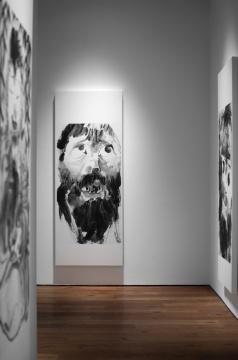 新作画面绎人物特写为主,更多的是自画像式的表情特写。