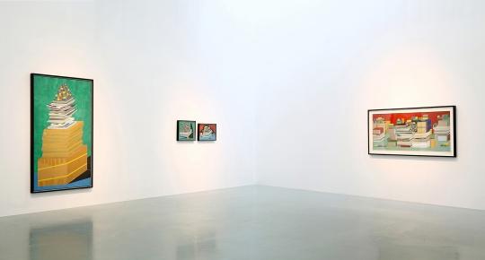 展览现场,作品中物的形状和色彩之间形成的关系也延续到了画外。