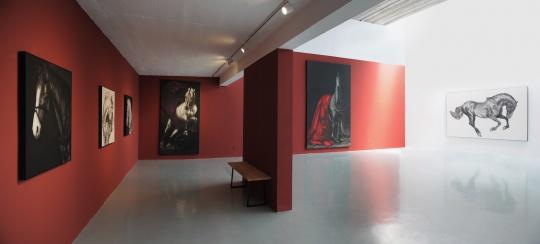 展览现场,艾米李的展厅布置在每个个展中都极为精致。