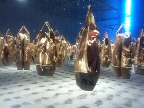 每双鞋上都有舞蹈演员签名