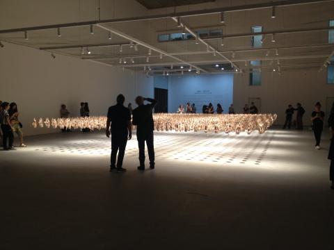 虽然美术馆距离市中心很远,但开幕当天还是有很多人前来参观