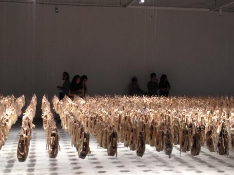 数千双舞鞋被悬挂起来,显得非常震撼