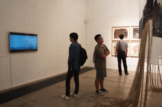 艺术家精减了一个长达4分钟的短片,在另外一个展厅里现场播放。