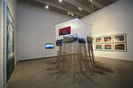 展览现场的装置作品,绳索救像是记忆,将思绪拉入作品中的场景。