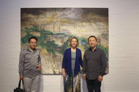 艺术家张小涛(右一)与艺门画廊负责人马芝安(右二)