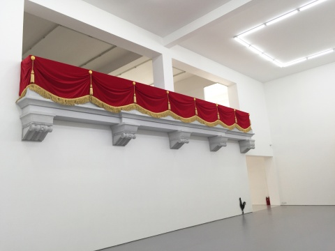 《皇家阳台》 200×1100×70cm  聚苯乙烯泡沫、绒布、绳排、吊穗、花扣  2016