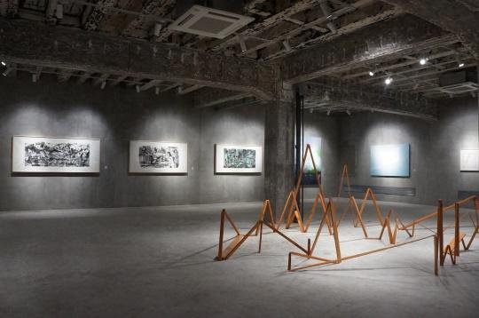 展览现场,空间结构和设计有别于传统画廊的白墙,保留了建筑的原有结构。