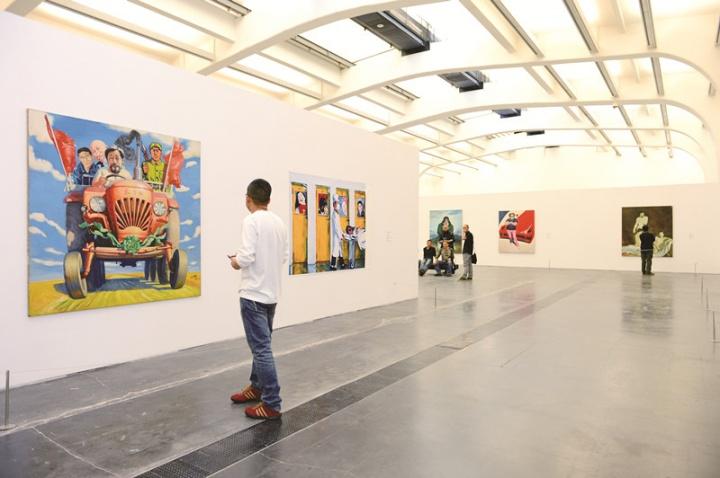 正在进行中的中国当代艺术史也时常成为王兴伟画面中的题材,图为2013年尤伦斯当代艺术中心举办的王兴伟个展