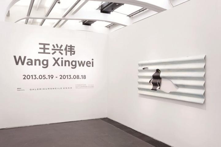 2013年,尤伦斯当代艺术中心举办的王兴伟个展现场,展出的74件绘画作品梳理了王兴伟在过去二十年间重要的创作