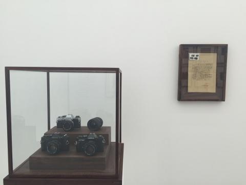 蔡东东 《赃物》 尺寸可变 通缉令、三台照相机、一只摄影镜头 2016