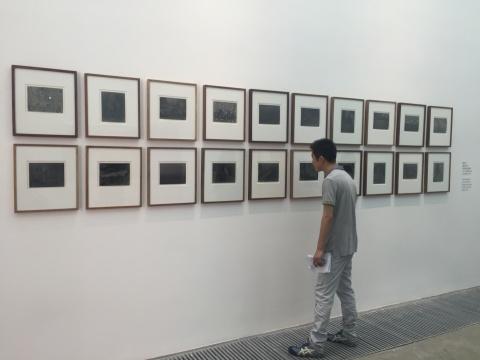 观众在蔡东东的作品《幽暗之爱》前
