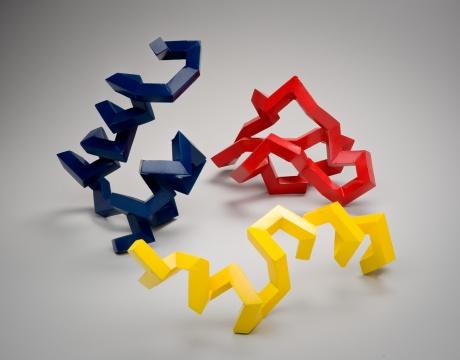 """朱利安·沃斯-安德里亚(Julian Voss-Andreae)用雕塑作品将蛋白质分子可视化,这些雕塑线条硬朗且色彩单一鲜明,外观酷似""""纪念碑大师""""托尼·史密斯(Tony Smith)的作品。"""