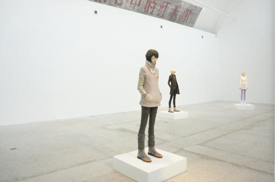 真人大小尺寸的雕塑作品在创作初期艺术家需要按照1米9的身高来创作,而最终烧制成功的作品由于陶土材料的特性收缩至1米6.
