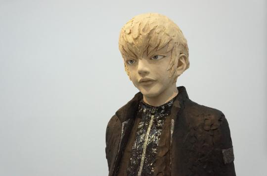 整个展览作品中的人物几乎都有着相似的、无表情的表情。
