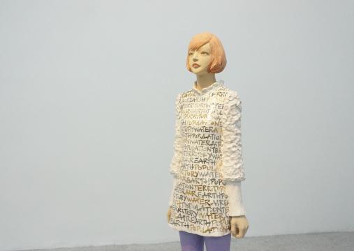 艺术家在此次展出的作品中,将从新闻中听到的词汇作为创作的一部分运用到雕塑中。