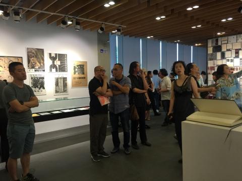 展览现场嘉宾云集,这里就像是艺术家的青春回忆录