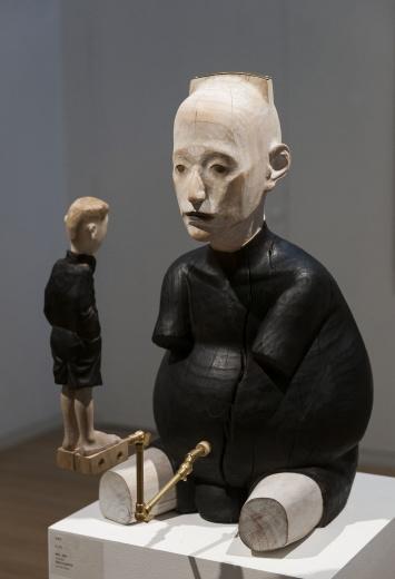 "Hi艺术中心杜春风个展""禁锢的壳"",香樟木雕刻的人物静谧、安详,是艺术家的一面镜子,最终也成为观众的一面镜子。"