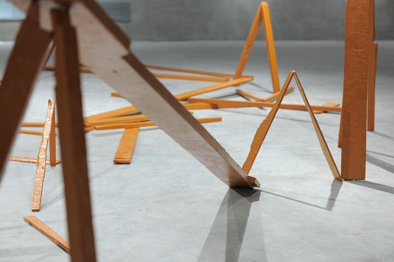陌上画廊王礼军《一张单人床的空间幻想》,对日常材料的拆散、组装下,是艺术家个人生活和心理体验的融入,随时会瓦解的结构就如同在这个城市谨慎生活的每一个小镇青年。