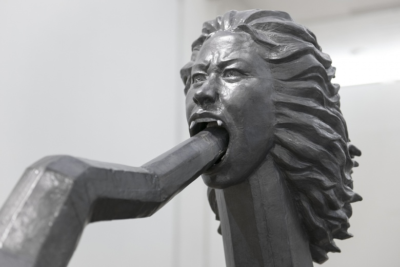 """白盒子艺术馆苍鑫 《巫术中的人工智能-方》,两条头颅咬住尾巴的""""巨龙"""",包含着可移动的解构,和对男女、人与机器、人与动物的并置。"""