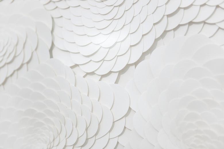白盒子艺术空间西班牙艺术家Nacho Zubelzu作品《游牧》,白色的龙鳞图案与苍鑫作品中象征神秘、力量、与帝王的龙行成呼应。