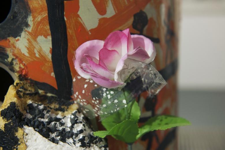"""林大艺术中心、明轩空间和Tabula Rasa画廊同时举行的""""第二届素人艺术展Almost Art Project""""(简称AAP)上,建筑工人李忠东用捡来的垃圾创作的装置作品,创作的初衷仅仅因为""""觉得垃圾直接丢掉太浪费了""""。"""