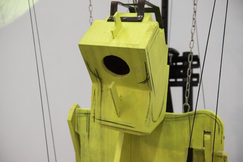 上海民生现代美术馆周啸虎 《现在已经远去》,可以移动的人形大小的木偶,以一种空间蒙太奇的方式在现场以装置、视频和表演阐释了庄子的哲学寓言故事。