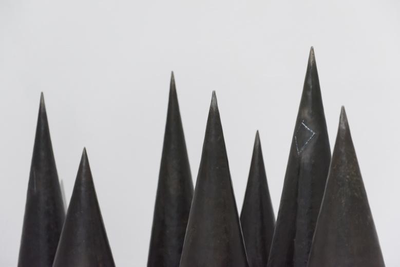 """上海民生现代美术馆,闫冰用铁与麦子组成的""""爱的雕塑""""。"""