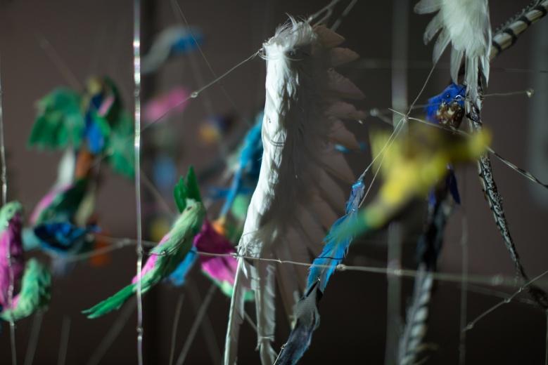 上海民生现代美术馆周啸虎 《以物观物——极度惊喜》,毫不相关的物品,借用灯光透射出毫不相关的文字。