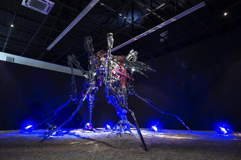"""芳草地画廊夏航个展""""低语者"""",将近四米的机械蚊子,是艺术家对传统模式和自我的拆解。"""