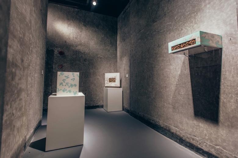 """盈艺术空间""""现成品绘画"""",艺术不再只是以颜料和画布为载体,在二维平面上对事物的描绘,任何物品都可以成为艺术。"""