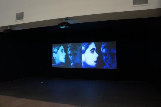 安迪·沃霍尔 《内与外》 16mm 影片转换为电子文档,黑白,有声,双屏幕 33 分00 秒 1965 版权归匹兹堡安迪· 沃霍尔美术馆所有 由安迪·沃霍尔视觉艺术基金会贡献