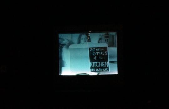 玛莎 · 罗斯勒 《厨房符号学》 影像,黑白,有声 06 分09 秒 1975 版权归芝加哥影像数据库所有