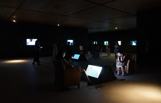 """""""移动的时间:录像艺术的50年,1916-2015""""部分展览现场"""