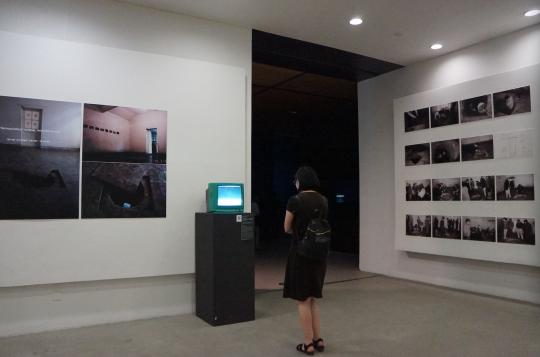 王功新 《布鲁克林的天空——在北京挖个洞》 录像装置作品:30 平米空间、电视机、声音,文献图片(黑白,25cm×20cm) 1995 由艺术家提供