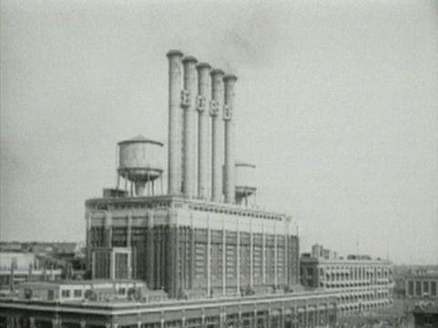 哈伦 · 法罗基《工人离开工厂》影像,黑白,彩色,有声 36 分00 秒 1995 版权归芝加哥影像数据库所有