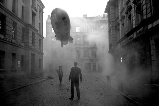 尤利安 · 罗斯费尔德 《深金》 单屏影像,黑白,有声 2013/2014 18分12秒