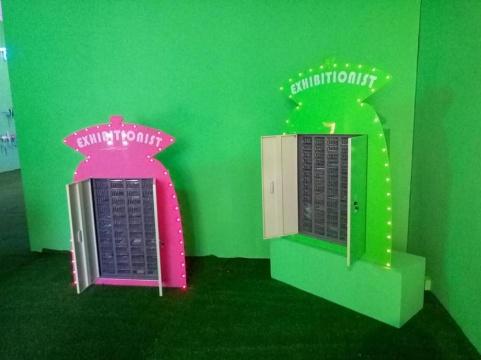 展览最开始的两个盒子装置