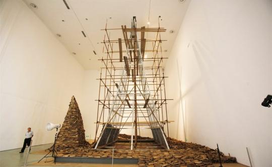 《龙牙》装置 何云昌十年劈柴之木,钢架