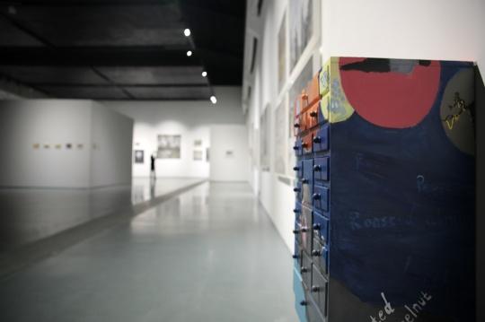 展厅放置着王顷图绘的柜子,柜子的抽屉中有与展览相关的气味