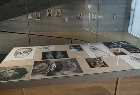 展览现场的照片和水粉画