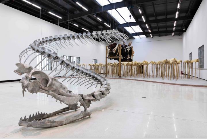 """2015年红砖美术馆举办的""""蛇杖II -黄永砅国际巡回展""""展览现场装置作品《蛇杖》"""